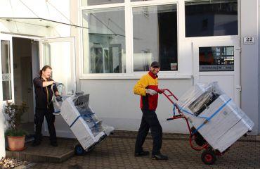 Anlieferung neuer Kopierer zu SANO mit LIFTKAR
