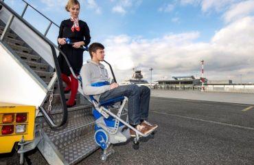 Der elektrische Treppensteiger LIFTKAR PT im Einsatz am Flughafen