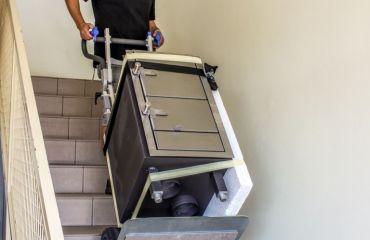 diverse Waren ergonomisch über Treppen mit LIFTKAR elektr. Treppenkarre