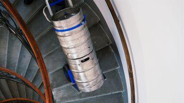 LIFTKAR SAL Ergo Treppensteiger mit Bierfässern auf  Wendeltreppe